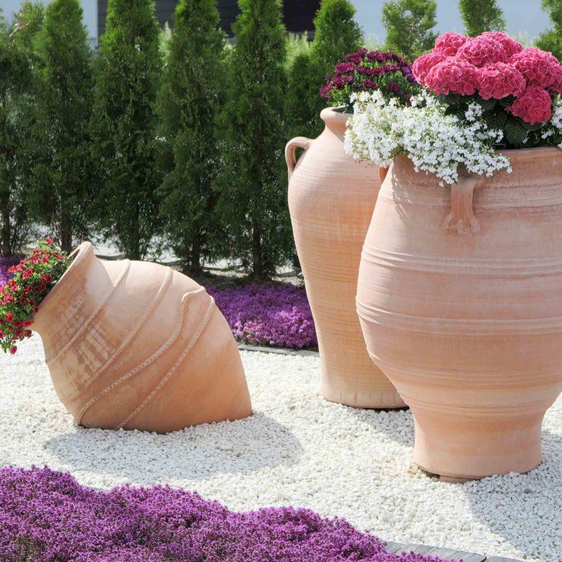 Urnor med patina. Stora urnor av terrakotta. Terrakottaurnor. Stora urnor.