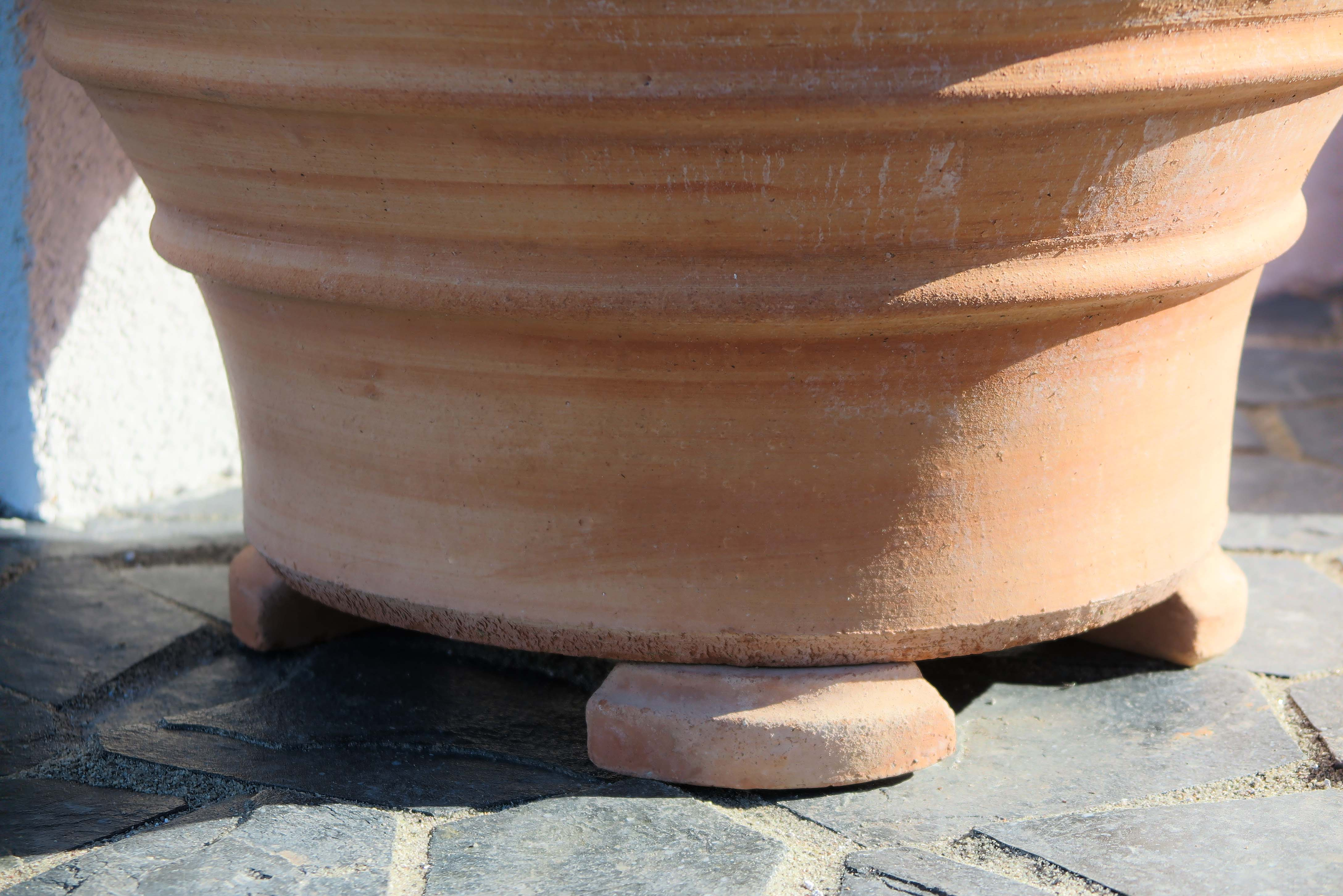 Kruktassar eller krukfötter håller dräneringshålet fritt och balanserar upp krukan.