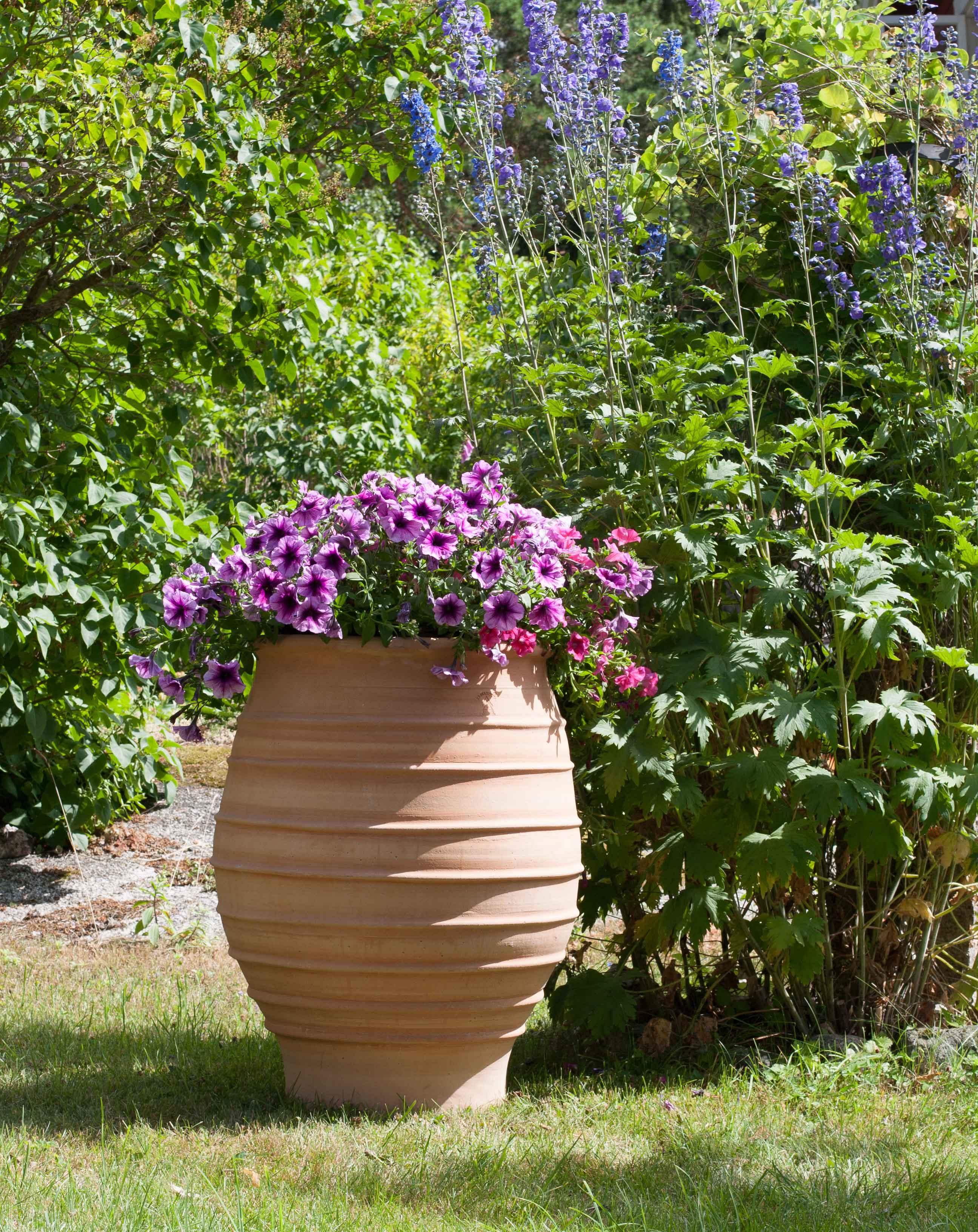 Vattentunna, regnvattentunna av keramik. Bättre än trätunnor och plasttunnor. Regnvattentunnan är av frosttålig terrakotta från Medelhavskeramik. Vattentunnan är underhållsfri. Vattentunnan kan användas för planteringar.