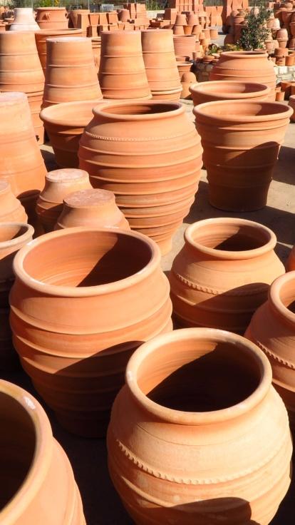 Handgjorda krukor med som skapats med samma metoder i nästan 4000 år. Stora terrakottakrukor.