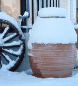 Vattentunna. Regnvattentunna för trädgården. Vattentunna av handgjord keramik.