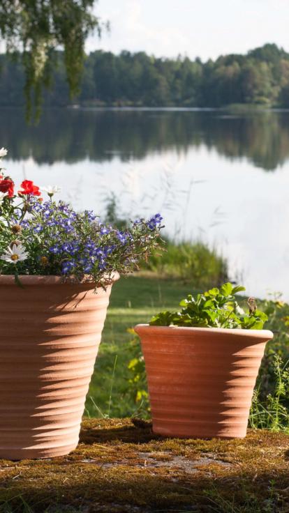 Handgjorda krukor från Kreta. Krukorna är vintertåliga och är av allra högsta kvalitet.