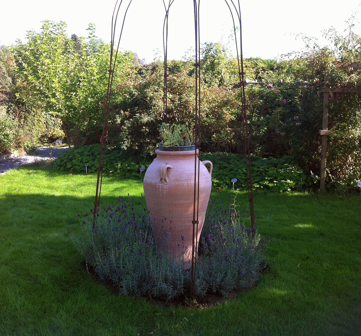 Pithos, vackert inramad lavendel och järnstänger