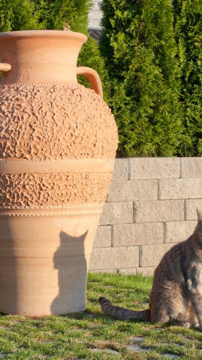 Stor urna. Handgjord urna. Urna av terrakotta. Terrakottaurna. Urnan har öron.