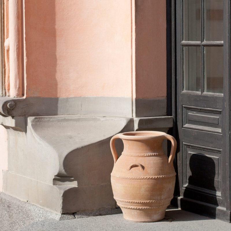 Urnor med patina. Stora urnor av terrakotta. Terrakottaurnor. Urnor i entré.