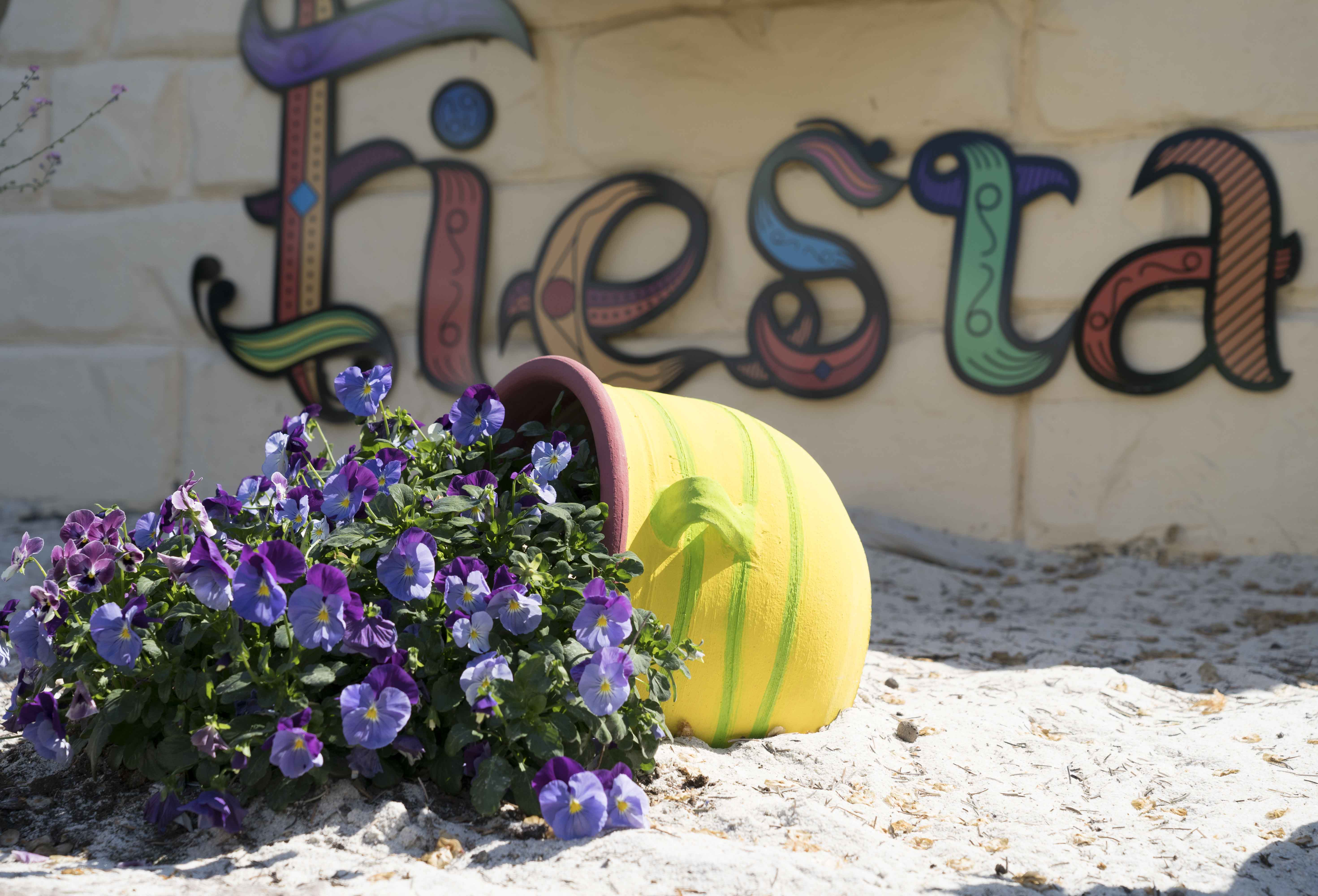 Krukor med karaktär. Krukorna har målats färgglatt för att passa in i Gröna Lunds mexikanska tema vid restaurangen Fiesta.