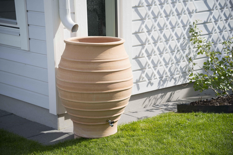 Vattentunnan Fraska | Medelhavskeramik.se Elegant och stilrent när klassisk design möter modern moderna husfasad.