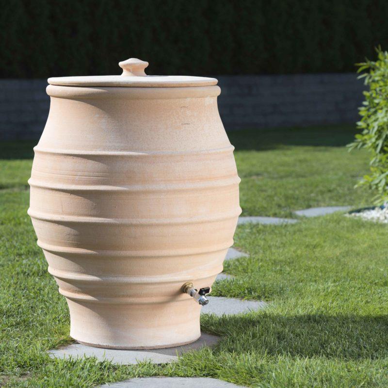Vattentunnan Fraska 70x60cm, 130L, med tillhörande lock i samma högklassiga keramik som själva tunnan. Hårdbränd, köldtålig och robust.
